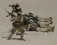 SEALs durante un entrenamiento de combate directo en desierto.