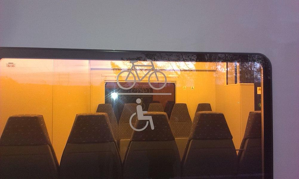 Pictogrammes indiquant le compartiment adapté au transport des personnes en chaise roulante et des bicyclettes