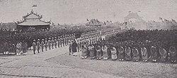 Sa Majesté Bao-Daï fit le pèlerinage aux Tombeaux des ancêtres de la Dynastie à Thanh-Hóa, 1932.jpg