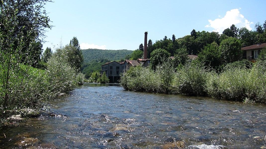 Saint-Girons (Ariège, Midi-Pyrénées, France): Le Salat et en arrière-plan l'ancienne usine JOB.