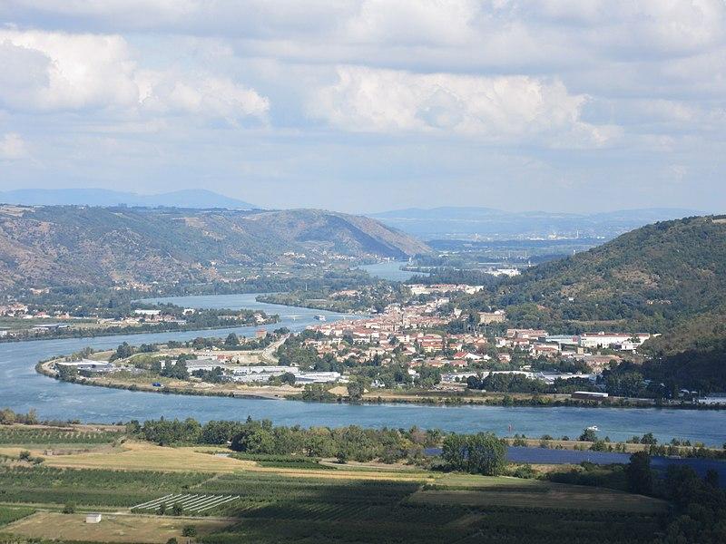 Saint-Vallier (Drôme) vu du puy de Serves. Le Rhône au niveau du défilé de Saint-Vallier, en direction d'Andance (deuxième pont). A l'arrière-plan, les derniers reliefs des monts du Pilat (mont Monnet, la Peaume).