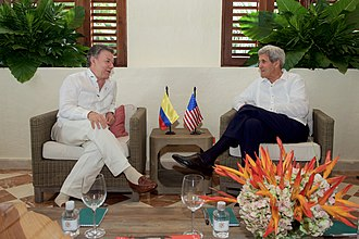Guayabera - Former United States Secretary of State John Kerry and Colombian President Juan Manuel Santos wear guayaberas while discussing an upcoming peace treaty.