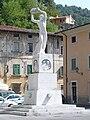 Seravezza-monumenti ai caduti.jpg