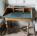 Skrivbord från 1700 cirka, gjort av björk med kläde på skivan - Skoklosters slott - 95154.tif