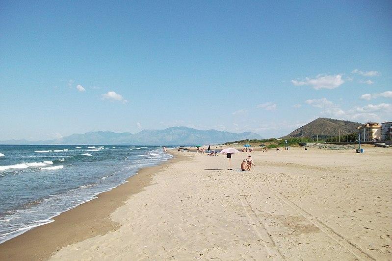 File:Spiaggia di Mondragone.JPG