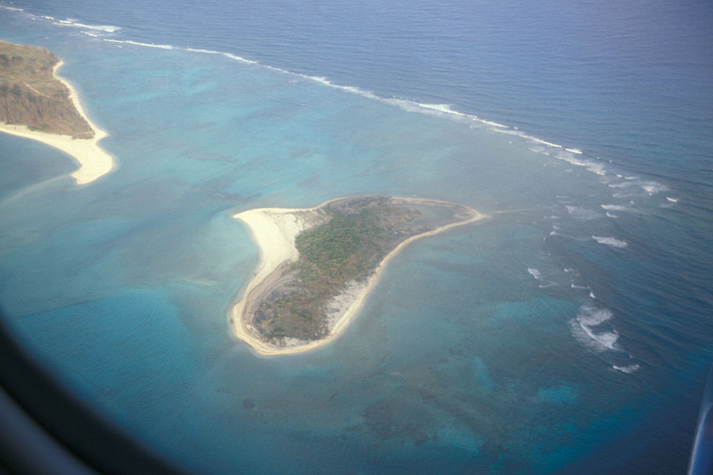 File Starr 990630 0938 Spit Island Midway Atoll Aerial