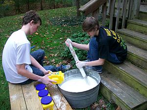 English: Stirring a large quantity of cornstarch