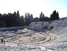Το αρχαίο θέατρο των Συρακουσών. Άποψη της ορχήστρας με ευδιάκριτο τον εύριπο στην περιφέρειά της