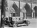 Taxi's voor een van de gotische toegangspoorten van de Notre Dame te Parijs, Bestanddeelnr 190-0731.jpg