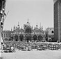 Terrassen op het San Marcoplein met op de achtergrond de Basiliek van San Marco, Bestanddeelnr 254-2043.jpg