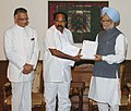 The Chairman, Administrative Reforms Commission, Shri Veerappa Moily submitting a report to the Prime Minister, Dr. Manmohan Singh, in New Delhi on June 25, 2007.jpg