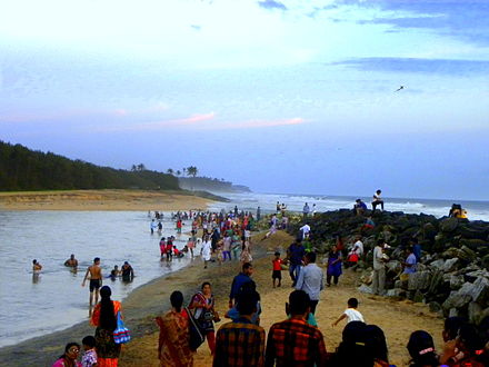 A crowded estuary mouth in Paravur near the city of Kollam, India Thekkumbhagam Estuary, Paravur.jpg