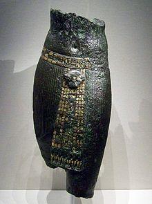 De bronzen torso van Pedubast I in het Gulbenkian Museum, Lissabon, Portugal.