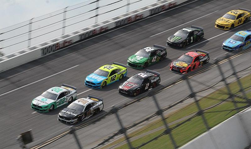 File:Turn 1 racing (40787516093).jpg