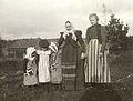 Två kvinnor och tre flickor klädda i förkläden. Sorunda sn., Södermanland - Nordiska Museet - NMA.0041066.jpg