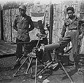Twee KNIL-militairen poseren bij twee zware machinegeweren en een zware mortier., Bestanddeelnr 10964.jpg