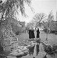 Van de Polls stiefdochters Hans en Renée en een onbekende vrouw in de tuin van d, Bestanddeelnr 252-1919.jpg