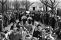Vermoorde Rotterdamse taxichauffeur begraven op Hofwijk in Rotterdam grote publ, Bestanddeelnr 927-8591.jpg