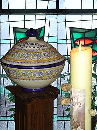 El Cirio Pascual se enciende este día por primera vez, además de renovar las promesas bautismales junto a la pila
