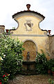 Villa di calcinaia, giardino dei semplici 09 stemma capponi.JPG