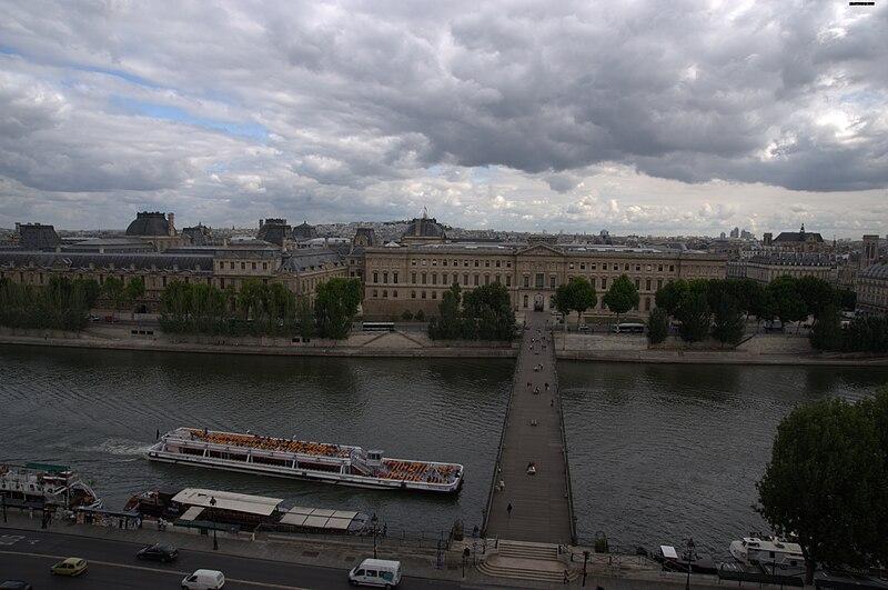 Fichier: Vue de La Coupole vers Le Louvre + Bateaux-mouches.jpg