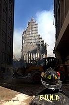 Un vigile del fuoco di New York osserva i resti della Torre meridionale.