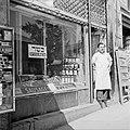 Winkelier staand naast zijn etalage met koosjere artikelen, Bestanddeelnr 255-0454.jpg