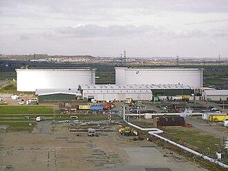 Shell Haven - Image: Workshop crude tanks 181199