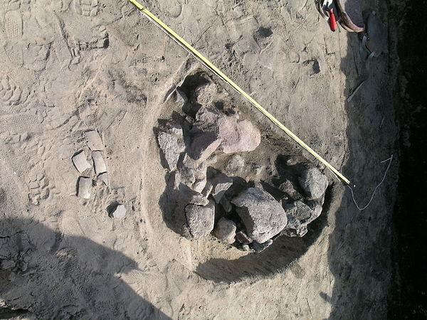 Ostrowite. Pradziejowy obiekt archeologiczny, ze szczątkami dużego naczynia glinianego. Fot. Gżdacz, lic. CC BY-SA 3.0.