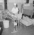 Zuivelfabriek Tnuva Pakjes boter worden voor verzending in kartonnen dozen verp, Bestanddeelnr 255-4436.jpg