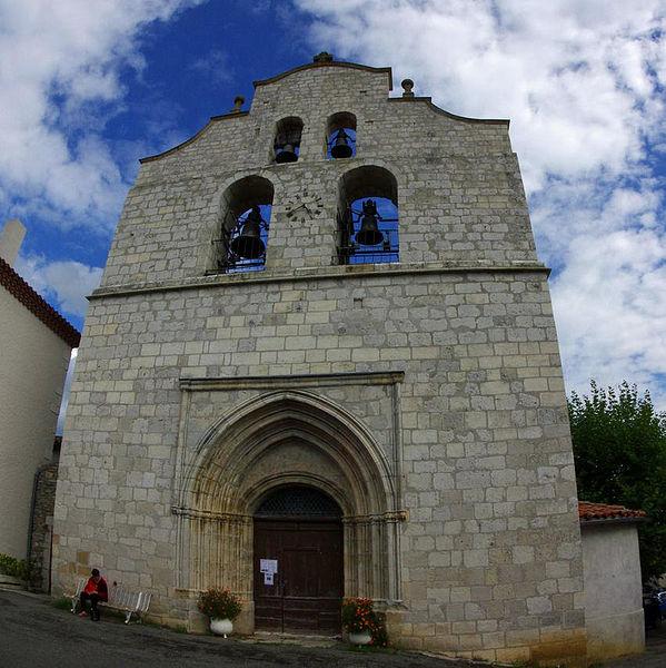 Façade d'un type gothique très tardif pour le portail et baroque pour le couronnement.