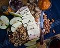 Биено сирење на даска, сервирано со јаткаси плодови, домашни крекери, овошје и џем.jpg