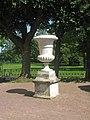 Гатчина. Собственный сад, ваза у ограды2.jpg
