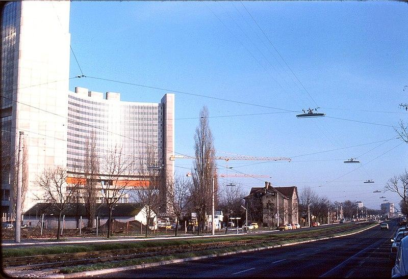 File:026R03251176 Wagramerstraße, stadtauswärts, links UNO CITY, Gebäude davor alle abgerissen.jpg