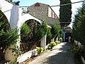 089 Rectoria de Santa Maria, c. de Dalt 47 (Badalona), passadís d'entrada, al fons l'església.jpg