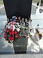 19-04-2018 Warszawa pomnik Smoleński, kwiaty i znicze.jpg
