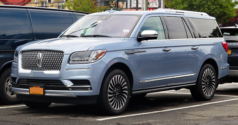 800px-2019_Lincoln_Navigator_L_3.5,_fron