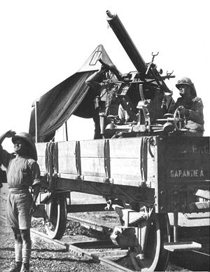 QF 2-pounder naval gun - Posed photo of Mk II guarding a train against air attack, Mesopotamia, 1918
