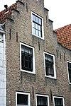 foto van Logegebouw: huis met gecementeerde trapgevel. De treden afgedekt met natuurstenen platen. Waterlijst