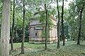 51.Hrobka Daubků pohled z dálky na západní stěnu s apsidou kaple v zeleni.JPG