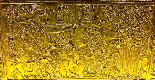 Ankhesenamun handing arrow to seated Tutankhamun