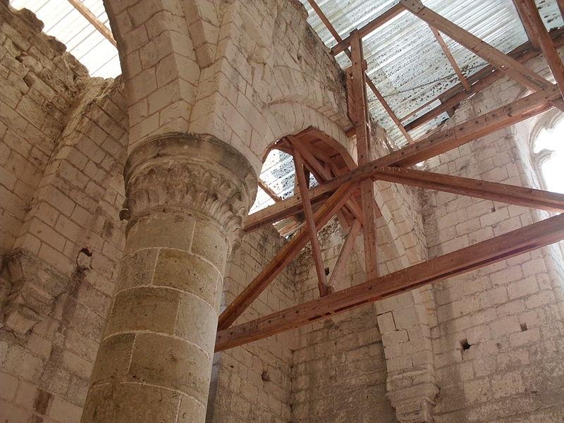 File:Arcades de la nef de l'abbaye Notre-Dame d'Aiguevives (Faverolles-sur-Cher, Loir-et-Cher)2.JPG