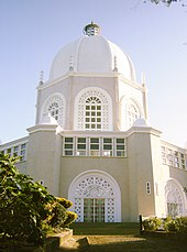 Ein weißes Kuppelgebäude