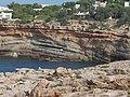 Balearen, Ibiza-Westküste, Wanderung Cala Codola geologische Verwerfungen - panoramio.jpg
