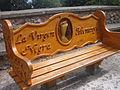 Banc de fusta amb la Verge Negra (Montserrat).JPG