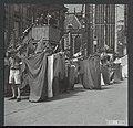 Bevrijding. Jeugddemonstratie in Amsterdam. Vaandelgroet, Bestanddeelnr 120-0532.jpg