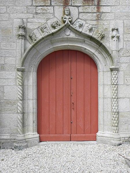 Église Notre-Dame de Bieuzy (56). Porte percée dans la costale sud de la nef.