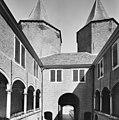 Binnenplaats met galerij met toscaanse zuilen - Dussen - 20347054 - RCE.jpg