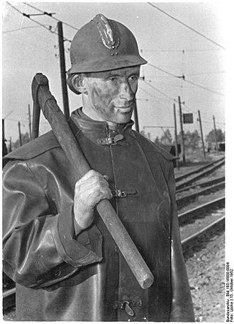 Miner - Image: Bundesarchiv Bild 183 16800 0004, Bergmann mit Spitzhacke