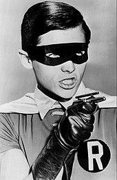 Image en noir et blanc de Robin en buste dans la série télévisée de 1966.